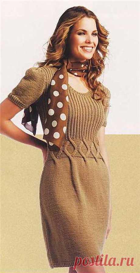 Светло-коричневое платье.