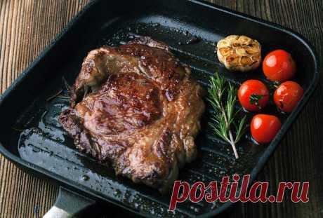 Ошибки, которые нельзя допускать, жаря мясо на сковороде Хорошего качества мясо и правильный маринад - это ещё не всё, когда речь идет о правильной подготовке мяса к жарке. Ошибки, которые мы совершаем во время этого процесса, могут существенно повлиять на вкус и качество блюда.