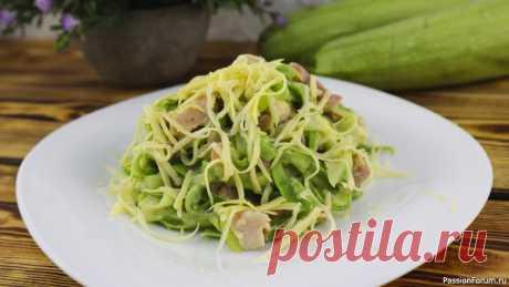 ТАК КАБАЧКИ Вы ещё НЕ ГОТОВИЛИ! Спагетти из кабачков Пока сезон кабачков, самое время попробовать спагетти из кабачков с копченой курицей - это идеальное блюдо на ужин! Готовится быстро, просто, а получается очень вкусно!Ингредиенты:Кабачки молоденькие – 500 гКопченое мясо курицы – 200 гСливочный плавленый сыр – 40 гТвердый сыр – 20 гМасло...