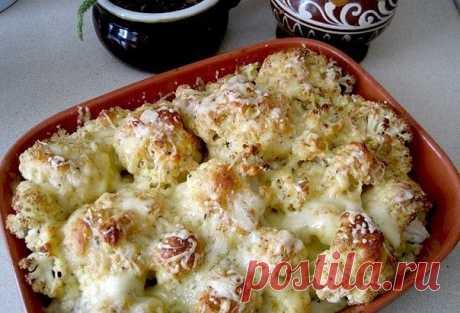 Цветная капуста, запеченная с сыром Калорийность на 100 гр готового блюда - 92 ккал  Перед капустой с такой корочкой никто не устоит!:)  Ингредиенты (на 3-4 порции): - цветная капуста - 500 гр - тертый сыр (лучше нежирный типа Моцареллы) - 100 гр - сметана 10% - 80 гр - панировочные сухари - 40 гр - соль, черный молотый перец по вкусу - по вкусу - чеснок сушеный - 1/2 ч.л. - свежая зелень - несколько веточек  Рецепт: 1. Воду слегка подсаливаем и доводим до кипения. Соцвети...