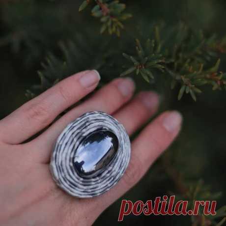 Крупный гематит в коже питона. Роскошное кольцо в наличии. Размер регулируется.