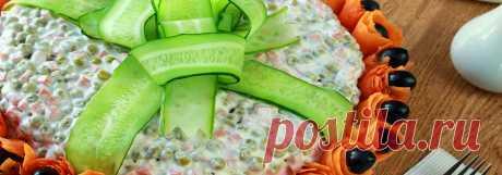 Салат Пикантный с языком и болгарским перцем • Рецепт Приготовьте очень вкусный слоеный салат Пикантный с языком и болгарским перцем, смазанный майонезом. Этот праздничный салат из свиного языка со свежим огурцом, консервированным горошком и яйцом, украшенный морковью и маслинами готовится по рецепту просто и быстро.