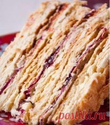 """Торт «Степка-растрепка». Для моей семьи это очень особенный торт. Торт, который бабушка с детства готовит на все домашние праздники. Родные и гости всегда с нетерпением ждут время десерта – """"Степку"""" обожают все! Это совсем несложный, но безумно вкусный домашний торт!:) Вам потребуется: Тесто 2 1/2 чашки муки  250 г маргарина  200 г сметаны  1 яйцо Крем 1 1/2 банки сгущенного молока  200 г сливочного масла комнатной температуры 150 г смородинового варенья Как готовить: 1. Муку высыпать н"""