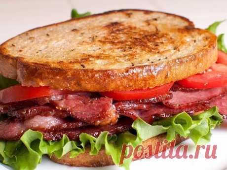Бутерброд горяченький с помидорчиком и с салатиком