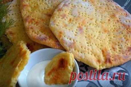 Финские картофельные лепёшки. Для приготовления понадобится:  картофель- 5-6 шт  яйцо- 1 шт  мука- 100 гр  растительное масло- 1 стол ложка  соль- 0,5 чайной ложки  чёрный перец- по вкусу  Картофель очистить и отварить до готовности,размять в пюре без комков,добавить соль,перец,яйцо и муку,замесить мягкое тесто.  Стол присыпать мукой, тонко раскатать тесто ,вырезать с помощью тарелки лепёшки,наколоть их вилкой.  Выложить лепёшки на противень застеленной пергаментной бумагой.  Выпекать в разогре