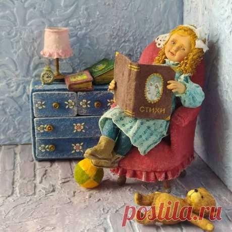 Маленькая любительница поэзии. Что-то там читает, наверное ещё по слогам. Ну, хоть так, а то нынешние дети не очень- то с книжками дружат.😊 Высота креслица 9см, всё, кроме личика девочки и пуговичек, из ваты. Дом нашла.  #ватнаяигрушка #ёлочнаяигрушка #игрушкиссср #игрушка #игрушкиручнойработы  #ручнаяработа #игрушкаизваты #ватныеигрушки  #сссржив