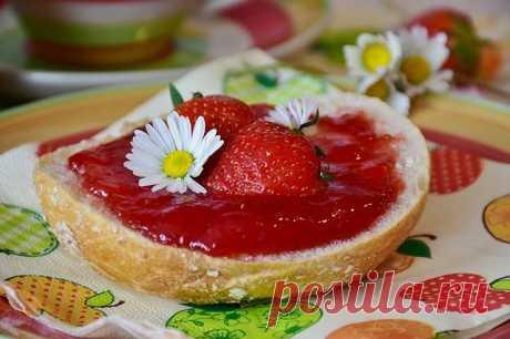 """8 рецептов клубничного варенья и секреты, которые сделают десерт идеальным   Журнал """"JK"""" Джей Кей Тщательно отберите клубнику, удалите подпорченную. Если вы хотите сделать варенье с целыми ягодами, выбирайте красивые, плотные и не переспелые плоды. Не слишком красивые, помятые ягоды подойдут для варенья с однородной консистенцией.Мыть клубнику нужно очень аккуратно, поскольку она может помяться и стать слишком мягкой. Некоторые советуют вообще не мыть, а просто протирать к..."""