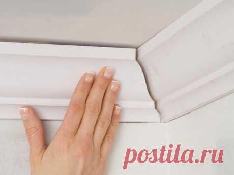 Как клеить плинтуса на потолок : особенности работы Как клеить плинтуса к потолку? До или после оклейки обоями? Как правильно рассчитать материал, подобрать клей и какие инструменты нужны?