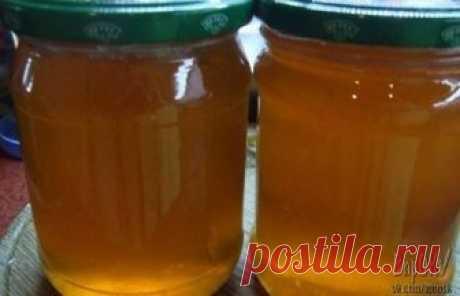 """Из яблок можно приготовить отличную заготовку на зиму - яблочный """"мед"""". Натуральный пектин, содержащийся в яблочной кожуре придаст со временем сиропу структуру желе  Ингредиенты: · Яблоки - 2.5 кг · Сахар - 1 кг · вода  Яблоки промыть и нарезать на четвертинки вместе с сердцевиной. Удалять нужно только подгнившие места и червоточинки. Залить яблоки водой, чтобы они были полностью покрыты. Довести до кипения и варить, пока яблоки не разварятся. При помощи дуршлага и полотен..."""
