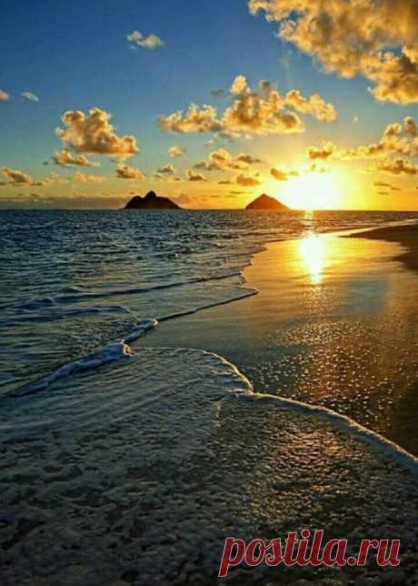 Янтарные облака, словно из сказки.. Красивый морской закат
