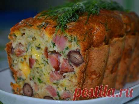 Мясной кекс.Пальчики оближешь! Вкуснотища необыкновенная! Ингредиенты:  копченое мясо (колбаса) — 350 г фасоль отварная (или можно из банки в с/с) — 400 г сыр — 100 г сметана — 100 г майонез — 100 г яйца — 3 шт. мука — 1 ст. сода гашеная — 1 ч.л. зелень  Приготовление:  Мясо и сыр порезать кубиком, смешать с фасолью и зеленью.  Взбить яйца со сметаной и майонезом венчиком, добавить соду и муку. Все перемешать.  Выложить в форму, выпекать примерно 30-40 минут .