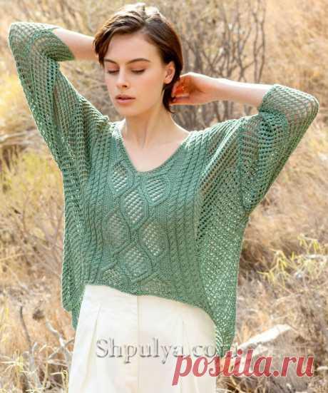 Ажурный пуловер прямого силуэта v-образным вырезом связан сетчатым узором из льняной пряжи спицами, перед украшен ажурными ромбами и узором «Косы».