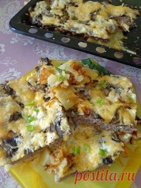 Самая вкусная и простая запеканка В этом блюде фарш, запекаясь, даёт сок, который полностью пропитывает картофель — получается такая вкуснятина, попробуйте! Ингредиенты: Шампиньоны — по вкусу Сыр — по вкусу Сметана — 2 ст. л. Майонез — по вкусу Фарш — по вкусу Ломтики картофеля — по вкусу Кольца репчатого лука — по вкусу Приготовление: 1. Смазываем противень растительным или оливковым маслом. 2. Первым слоем выкладываем кольца лука; сверху размещаем ломтики картофеля, соли...