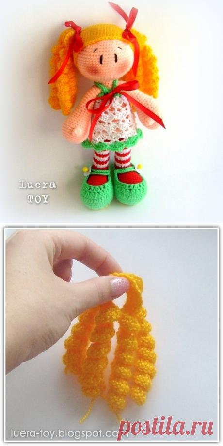 Кукла в полосатых чулках - описание вязания игрушки крючком