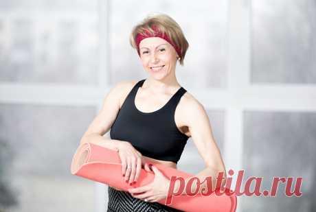 Фитнес для женщин после 40, фитнес женщины 40/// Фитнес для женщин после 40 – это простые силовые нагрузки для укрепления мышц. При соблюдении всех правил тренировки мышцы растут, становятся сильнее и выносливее. Упражнения с отягощениями развивают сухожилия и связки, а также костную ткань. В результате снижается риск развития заболеваний спины и суставов.