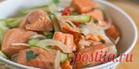 Салат из рыбы по-корейски: съедается в один присест. ну очень удачный маринад. Еще никто не отказывался от добавки! . Хе — национальная корейская закуска-салат, которую готовят из овощей с птицей, мясом или рыбой путем маринования. Для приготовления хе подойдет любая не костлявая рыба: форель, кета, горбуша, семга или минтай (для более бюджетного варианта). Получится очень вкусно в любом случае. . Ингредиенты Семга — 300 г Лук — 1 шт. Морковь — 1 шт. Огурцы — 1 шт. Чеснок — 3 зуб. Уксус — 1 ст.