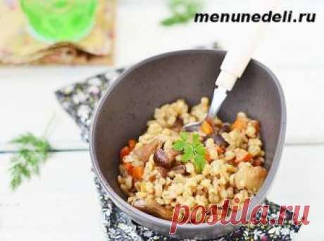 Плов с грибами и перловой крупой получается рассыпчатым, красивым, вкусным и питательным. Отличное блюдо для постящихся и вегетарианцев, простое и легкое.