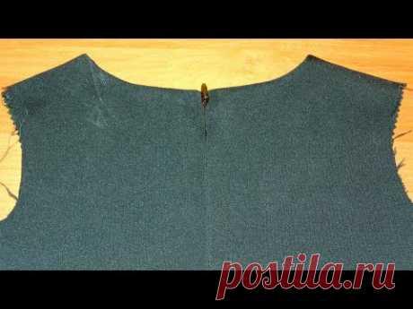 Потайная молния по спинке платья и обработка горловины подкройной обтачкой.