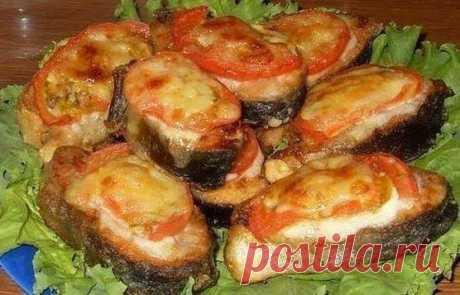 Приготовь на ужин сочную рыбку с помидорами под сырной корочкой! Рыбка получается невероятно сочной и аппетитной!