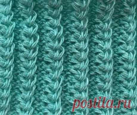 Американская резинка спицами Узор спицами американская резинка имеет красивый рельефный рисунок, вязка получается эластичной как резинка, поэтому отлично подходит для вязания манжет рукавов, носков и шапок и снудов, смотрится объёмно. Техника вязания американской резинки довольно простая, вы легко научитесь вязать этот узор Раппорт узора состоит из 2 рядов. Набираем количество петель кратное 5 + 2 кромочные петли 1 ряд- (изн. сторона) кром. *3изн., 2 лиц.*кром. 2 ряд- (лиц. сторона) кром., *