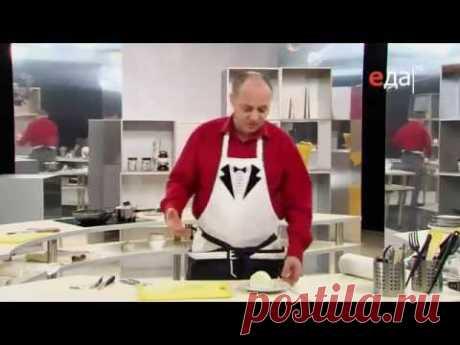 La salsa de la pasta de tomate, la cebolla y el ajo a los macarrones, el pez, la carne la receta del jefe de cocina \/ Ilya Lazerson