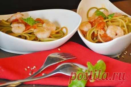 Морепродукты — это всегда очень вкусно. Не так давно мы готовили фаршированные кальмары. А сегодня я решила совместить морепродукты вместе с всеми известными итальянскими  макаронными изделиями. Спагетти с креветками — это просто восхитительный праздник вкуса.