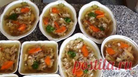 Секрет приготовления вкусного холодца Для вкусного холодца вам не нужно искать особые продукты. Для приготовления вам потребуются такие ингредиенты: — курица, 1.5 – 2 кг; — ножки свиные, 2 шт; — морковь и лук, по 1 шт; — соль, 1.5 ст.л; — перец горошком, 6 шт; — душистый перец, 4 шт; — лавровый лист, 4 шт; — гвоздика, 2 …