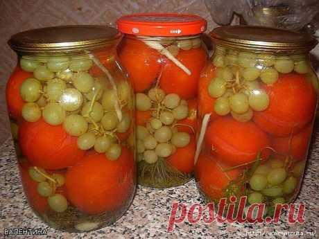 Заготовка помидоров с виноградом