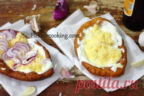 Картопляний лангош (Lángos krumplis) Традиційний, хрусткий та ситний, угорський лангош на тісті з додаванням картоплі. Плоский смажений хліб з додатками.