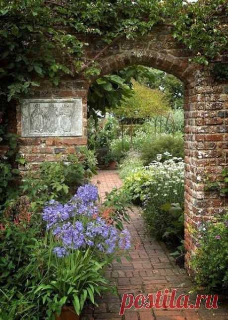 """""""Я пришел к выводу, что волшебство - это то, что толкает, поднимает и вообще делает вещи из ничего. из волшебства сделаны листья и деревья, цветы и птицы, барсуки, лисы, белки и даже люди. Значит, волшебство просто везде - и вокруг нас, и во всех остальных местах тоже.""""  Ф. Бернетт Таинственный сад"""