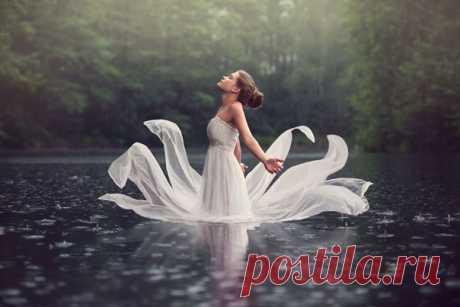 Каждая женщина это цветок, яркий иль скромный, не важно, Важно, чтоб ты, отыскав его в срок, понял что он не бумажный. Понял, что он беззащитно живой, нежно беречь его надо, И он всю жизнь будет рядом с тобой, станет твоею отрадой!  Чем бы была наша жизнь без весны и без роскошного лета? Мы никогда б не узнали страны, той что воспели поэты. Это страна нашей светлой любви: дерзкая юность и зрелость, В эту страну только милых зови, чтобы легко песня спелась!  Снова весна, сн...