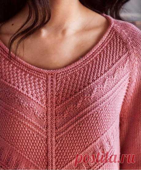 Розовый пуловер с теневым узором.