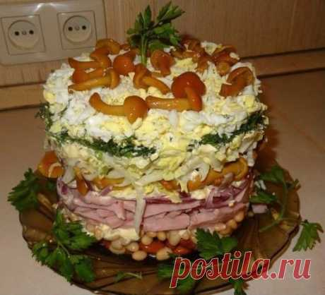 Вот, у подруги выпросила рецепт обалденного салата! - Женский мир Вот, у подруги выпросила рецепт обалденного салата! Лучшее на праздник! Ингредиенты и приготовление: 1 банка консервированной фасоли, 200-300 гр. ветчины, 1 небольшая луковица, 200 гр. маринованных опят, ¼ часть вилка пекинской капусты, зелень, 3 яйца. Выкладываем салат слоями, промазывая каждый слой майонезом. Украшаем салат маринованными опятами и зеленью. Приятного аппетита!