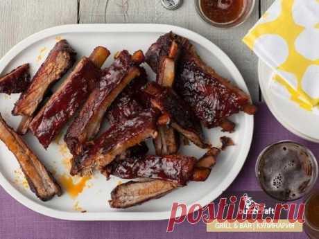 Свиные рёбрышки в остро-сладкой глазури  Ингредиенты: свиные ребрышки: около 3 кг, крупнозернистая соль, коричневый сахар: 3 столовых ложки, чеснок (измельчённый): 2 головки, свежий тимьян: 2 чайных ложки, перец чили (порошок): 3 столовых ложки, свежемолотый чёрный перец, кайенский перец: 1/4 чайной ложки, яблочный сидр: 3 чашки, кетчуп: 3 чайных ложки, дижонская горчица: 2 столовых ложки, вустерширский соус: 2 чайные ложки. Ребрышки не разделять, а только надрезать мембра...