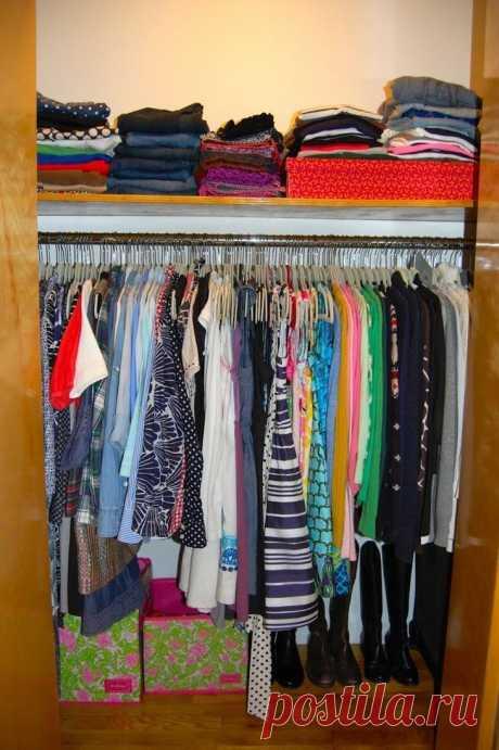 Идеи организации гардеробной при минимуме пространства Даже в небольшой квартире всегда найдется место для обустройства гардеробной.Организовать пространство можно по-разному.Обустроить систему хранения можно с использованием полок, штанг, выдвижных ящи...