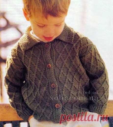 La chaqueta para el muchacho con fantaziynym por la cinta de los rombos