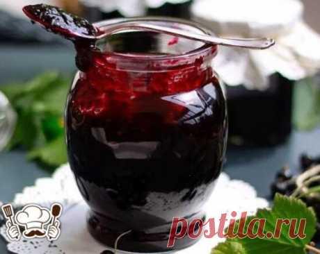 Варенье-желе из черной смородины Ингредиенты: 1 кг сахара 1 кг ягод черной смородины 1 стакан воды Рецепт приготовления варенья-желе из черной смородины: Для начала ягоды следует подготовить, высыпать в эмалированную емкость для варки варенья и влить воду. Далее включить огонь, довести до кипения и варить примерно 1-2 минуты, после чего сразу перетереть через сито. В пюре всыпать сахар, проварить на умеренном огне около 30 минут после закипания. Горячим разлить варенье-желе по стерильным