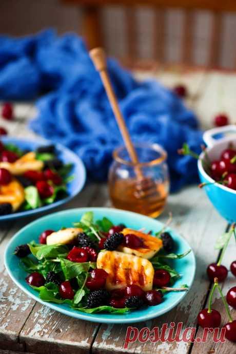 Салат с жареным халуми и ягодами