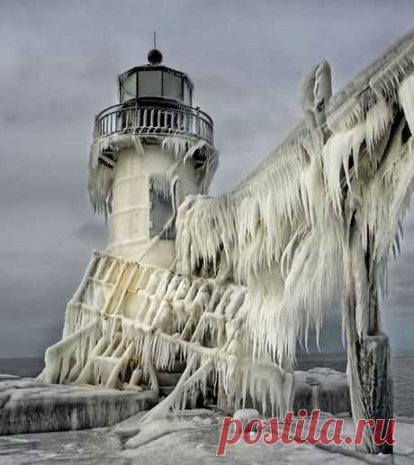 Замерзший маяк на озере Мичиган