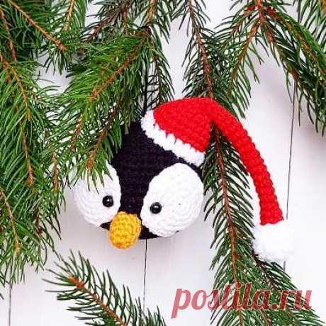 Елочная игрушка пингвин крючком Вязаное украшение для елки шарик-пингвин в новогоднем колпаке отЕкатерины Устиновой. Вам понадобятся крючок № 2, пряжа YarnArt Jeans и немного пряжи Alize Softy.