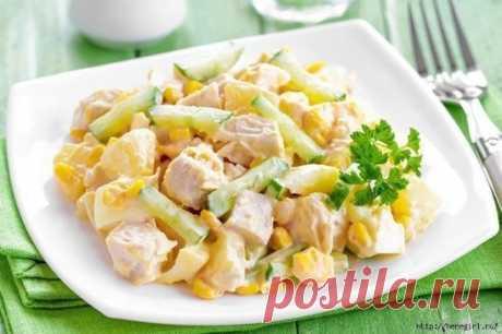 Легкий салат с куриной грудкой и кукурузой