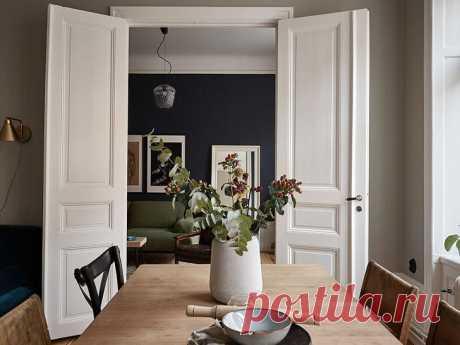 Контрастный интерьер с нотками ретро в Стокгольме Тонкая игра с темными оттенками и контрастными деталями, предметы мебели в ретро стиле, выразительные картины и фото в рамках — это очень необычный и даже немножко таинственный интерьер. Квартира скор...