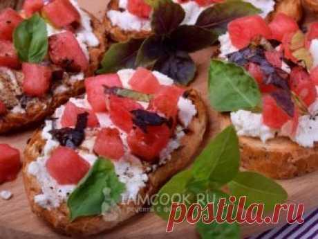 Брускетта с арбузом и сыром фета — рецепт с фото Знаменитая средиземноморская закуска с сыром фета и кусочками арбуза с пикантной заправкой.