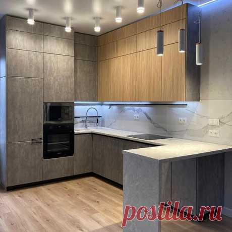 Угловая кухня с закрытыми фасадами! Много точечного света. Мы любим, когда ярко!)
