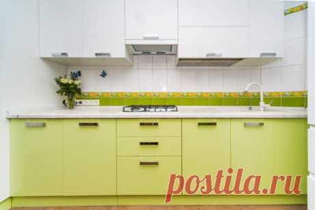 Кухня цвета весенней зелени с нестандартным пеналом для очень узкого помещения | Кухмастер | Яндекс Дзен
