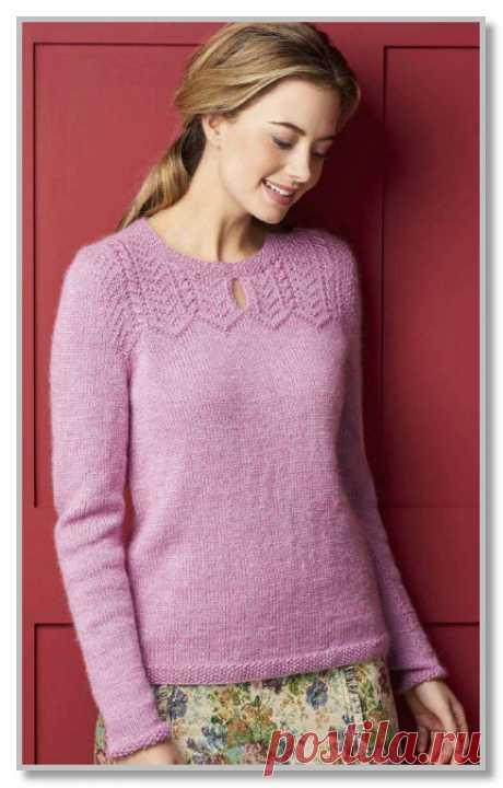Пуловер с рельефными узорами в верхней части.