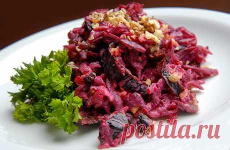 Салат с черносливом, свеклой, орехами и чесноком | Вкусные рецепты