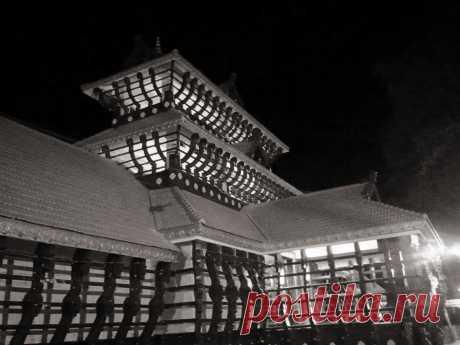 Kollengode Palace Arte Mural Museo,  Kollengode Palace, Ciudad de Thrissur Información general Estilo arquitectónicoKerala arquitectura Pueblo o ciudadCiudad de Thrissur PaísIndia Terminado1904 ClienteVasudeva Raja, Raja de Kollengode Kollengode Palace es un palacio situado en Thrissur ciudad, Kerala estado, la India .  Historia  El Raja de Kollengode , Vasudeva Raja, construyó este palacio en 1904 y se la dio a su