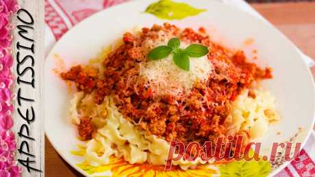 La pasta italiana bajo la salsa de Boloneze