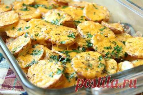 Ароматный, рубленый по деревенски печеный картофель под нежным сливочным соусом с горячим сыром – блюдо которое сделает будничный обед ярким, быстрым и очень вкусным. Ингредиенты * Молоко — 0,5 ст. * Сливки 20% — 1,5 ст. * Картофель – 1 кг * Сыр – 150 гр. * Мука – 2 ст.л. * Сливочное масло –...